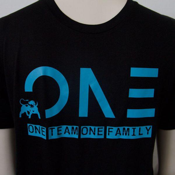 Shirt mit One Team one Family Aufdruck in Dunkelblau - Vorderseite | Tennis-University